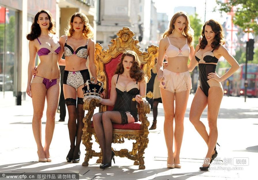 美女模特街头展示新款内衣