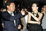 刘嘉玲穿透视裙捞金 与高层热聊欲回苏州养老