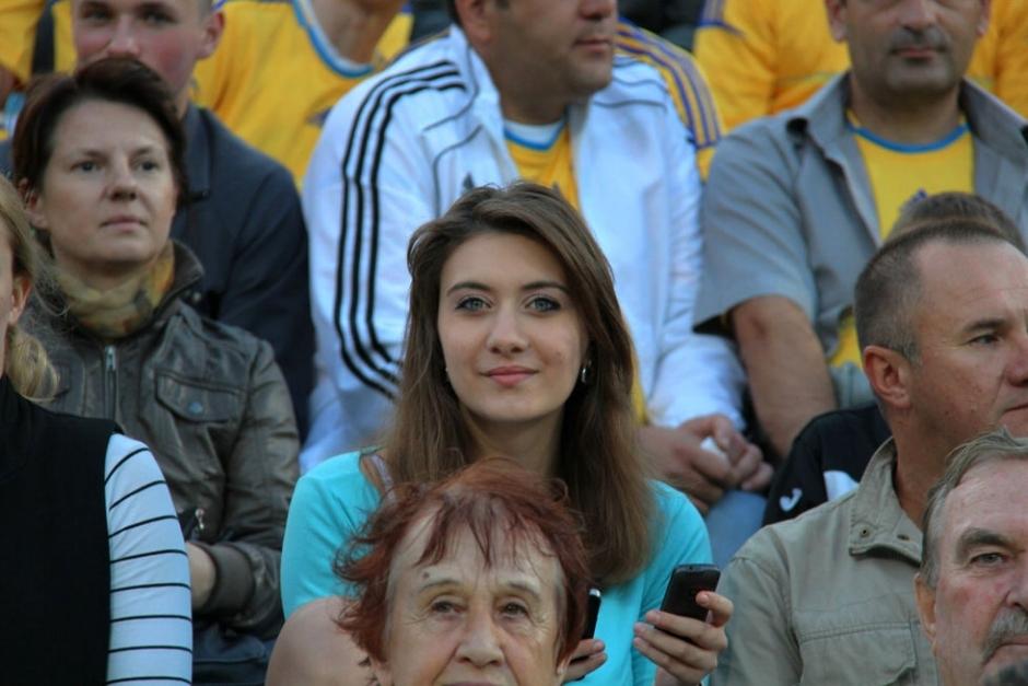 乌克兰赛前训练 黄色风暴袭卷美女如云