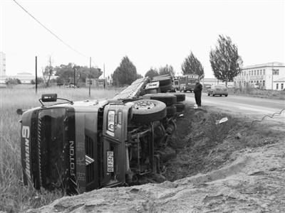 驾驶员疲劳驾驶 大货车翻下路基