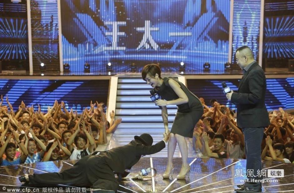 潘长江继姜昆之后再遭强吻 朱丹被吓傻 黑龙江
