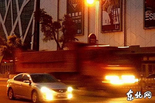 夜晚,无牌大货车飞驰而过 东北网记者岳云雪摄高清图片