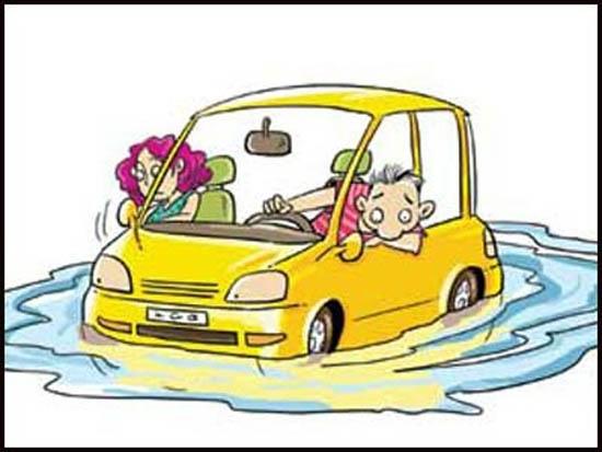 7月21日的那场大暴雨,让北京广大车主很是烦忧。想起当初冲水而过的举动,现在还心存余悸。然而眼下,车主更要做的是,尽快排除水淹爱车的隐患,爱车已出现故障的,要找投保公司理赔,尽量减少自己的损失。 本期我们将从安全涉水、涉水车辆抢修、正确购买车险三方面为您排忧解惑。 涉水有方 涉水需望闻问切 握紧方向降低车速 在大雨中行车视线不好,经常毫无征兆地闯入积水路段,这时车辆会在水的阻力作用下突然减速,而较厚的水层会让车轮失去抓地力,方向盘变轻且飘忽不定。面对这种情况,驾驶员一定要握紧方向盘,让车辆保持直线自然减