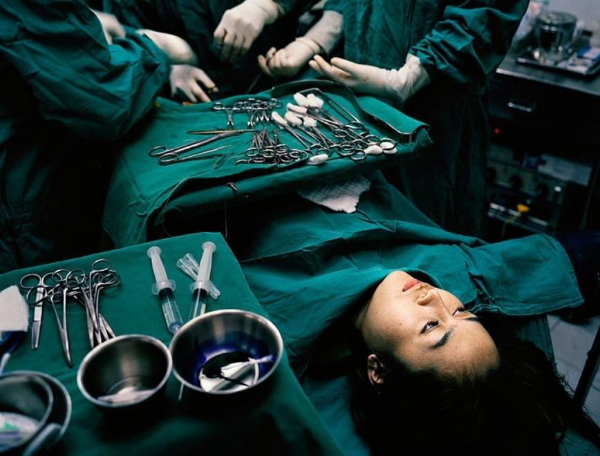 泰国变性人往往通过手术寻求性别认同和生活条件的改善,但因为经济