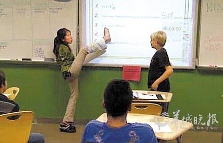 美国无臂女教师给学生上课用脚写板书_黑龙
