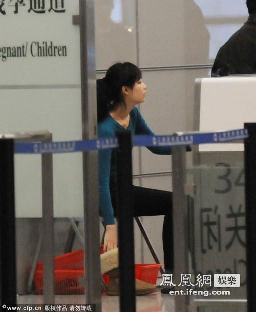 2012-10-26 09:26 来源:凤凰网娱乐 近日,倪妮一身休闲装出现在上海机场,当倪妮来到安检处时被要求脱鞋检查,倪妮不得不脱去鞋子穿上公共拖鞋接受检查。 分享到: