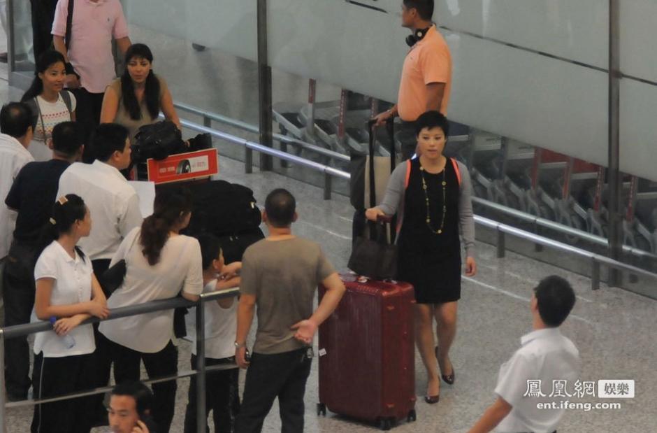 袁莉素颜现身机场被拍