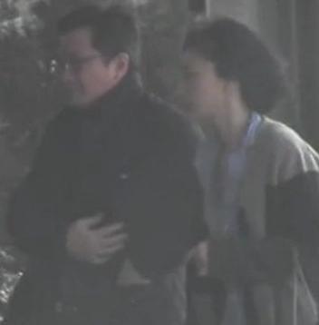 与一名戴眼镜中年男在酒店外有所互动