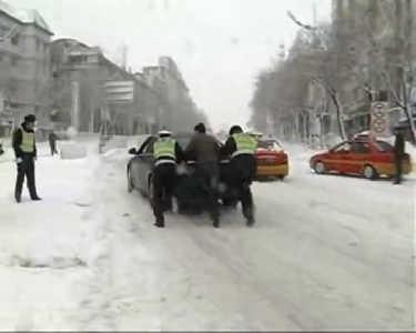鹤岗遭遇50年一遇大暴雪 交通严重受阻