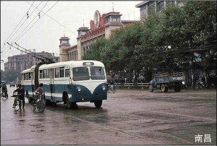 这组照片包括80年代的北京,上海,哈尔滨,青岛,长春等28个城.