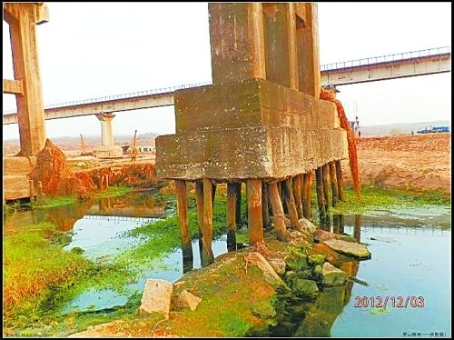 大坝的基础是松木桩