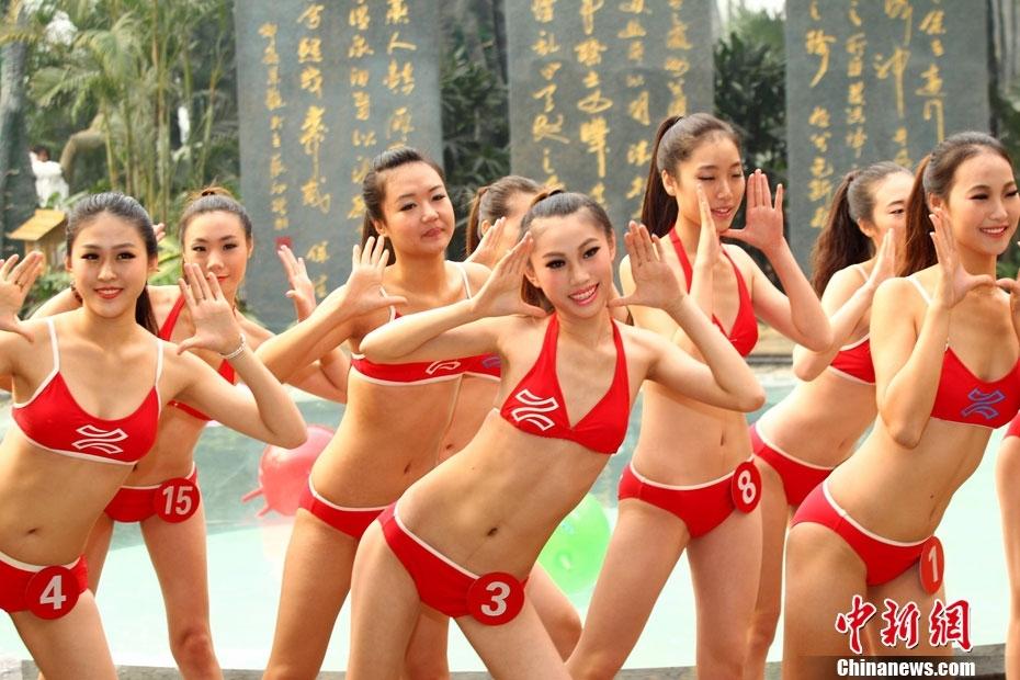 温泉度假山庄沙滩身着比基尼跳起《江南style》舞蹈