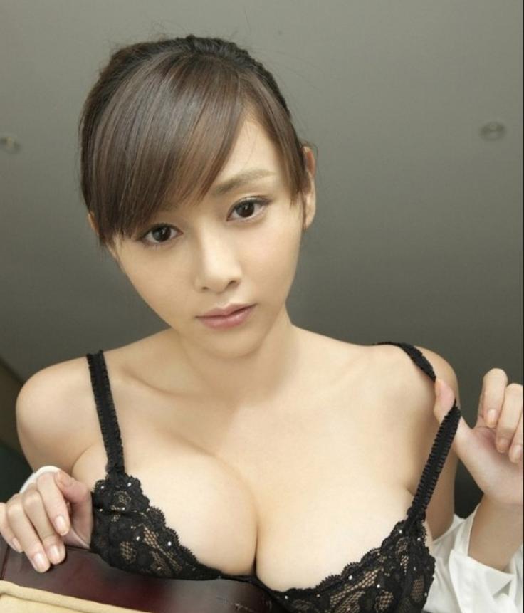 日本写真女星杉原杏璃轻解罗衫上演制服诱惑