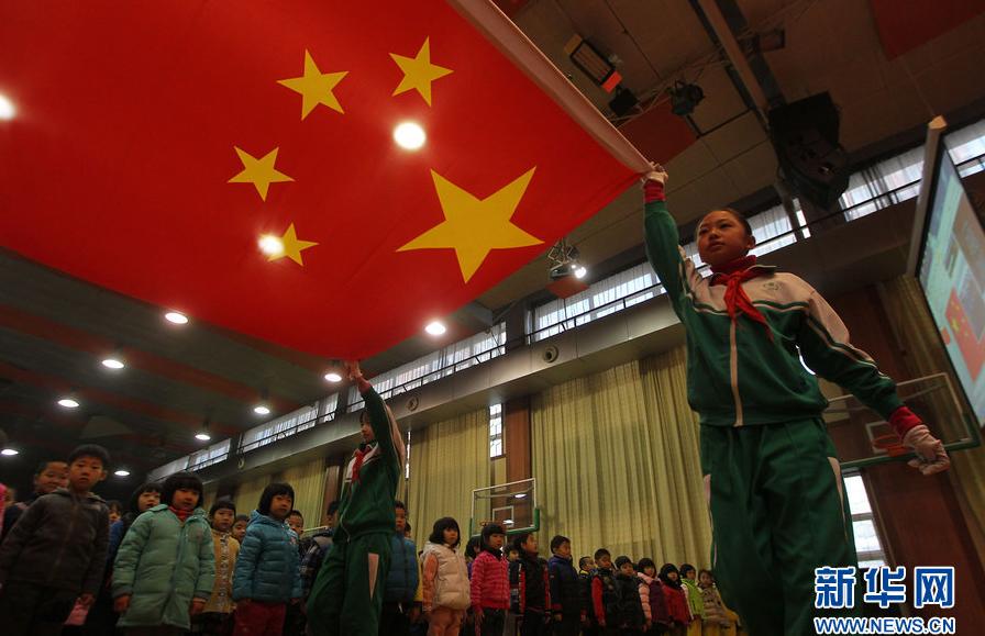 """北京城区雾霾未散 小学升旗仪式被迫""""搬""""进室内"""