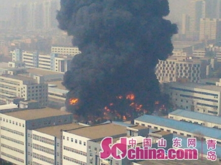 青岛尚世通物流有限公司在黄岛保税区的黄海仓库发生火灾,现场升起数