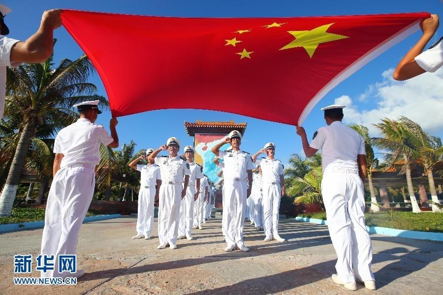 """5月26日,""""天涯哨兵""""在西沙群岛永兴岛面向国旗举行宣誓活动."""