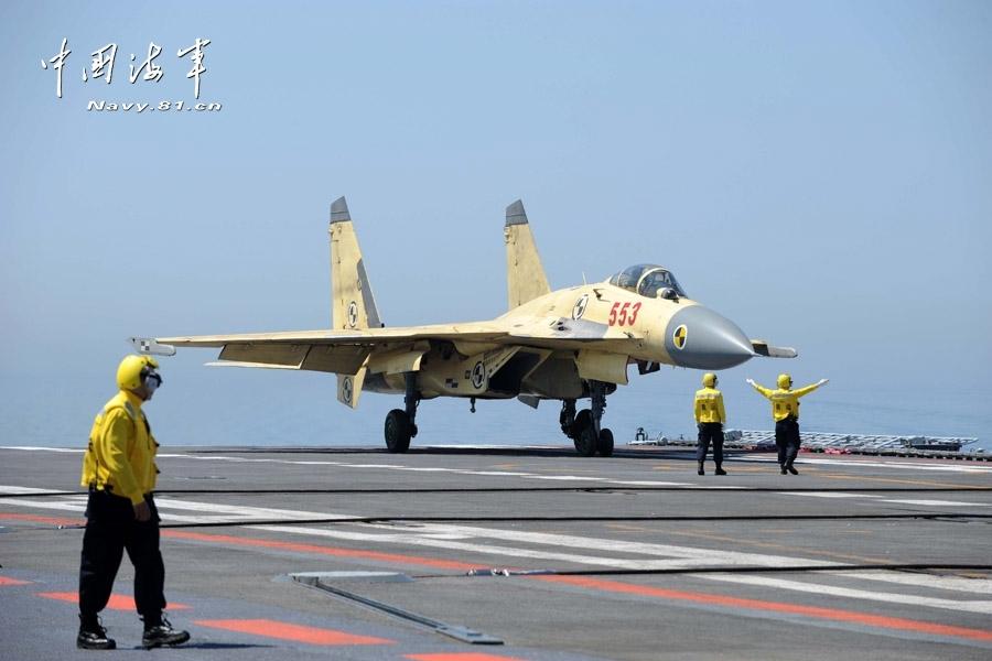 6月19日,着舰指挥员在指挥歼-15舰载战斗机降落.