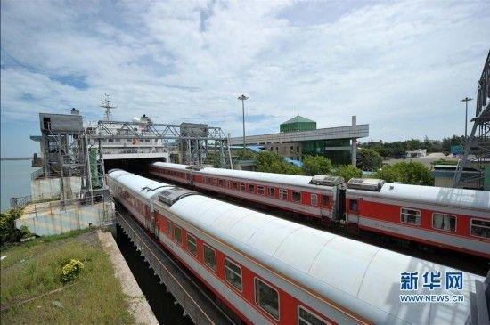 首列哈尔滨到海口直通列车横渡琼州海峡(组图)
