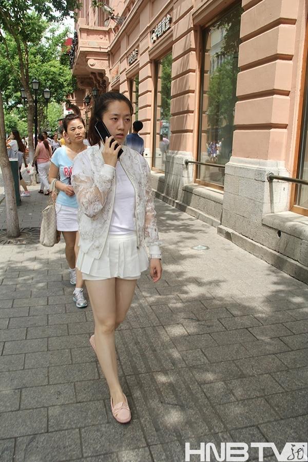 哈尔滨美女热辣出街秀美腿