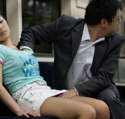 地铁男子偷捏美女