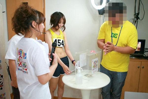 日本掀起新一轮摸胸募捐活动