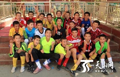 乌鲁木齐市第五小学足球队的孩子们一起合影