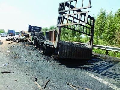 京哈高速双城段发生车祸追尾大货大挂烧成炭堆
