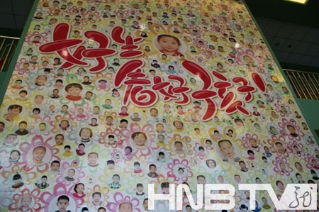 幼儿园老师手绘的5000平米的宝贝笑脸墙.(吴婷 摄)