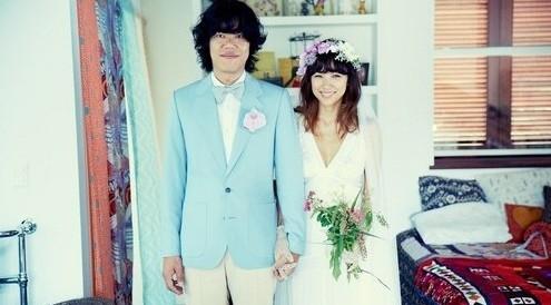 李孝利公开结婚照 展现自在可爱面貌(组图)