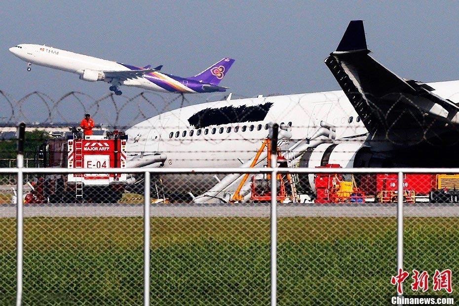 泰航一飞机因故障冲出跑道 9名中国乘客受伤;; 泰航一客机降落时滑出