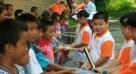 幸运电梯冲关选手导游杨光兑现获奖时的想法,来到湘西两头羊小学给孩子们送去了书和书包,将幸运与爱传给更多的人。