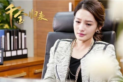 潘伟森(赵文瑄饰)与表面温柔实则暗藏阴谋的继母丁雅琴(夏力薪饰)抚养