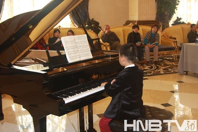 女孩子弹钢琴背影