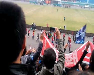 毅滕5:2北理冲超成功 队员赛后庆祝感谢球迷