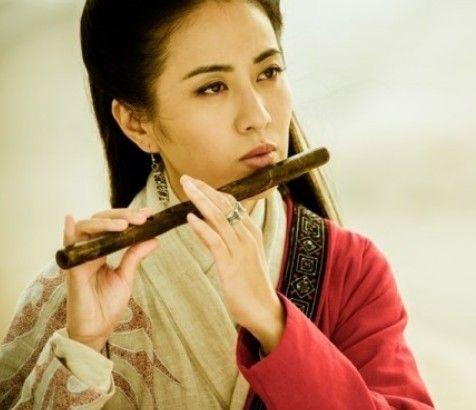 手绘古装持剑女子