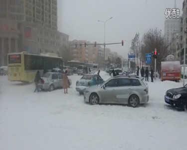 哈尔滨暴雪 路口车辆通行艰难