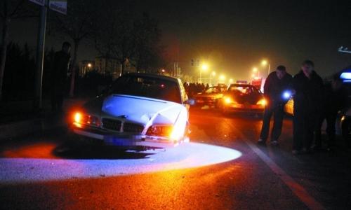 宝马车上发现驾照司机36岁 记者注意到,这辆宝马车车门没锁,车钥匙也