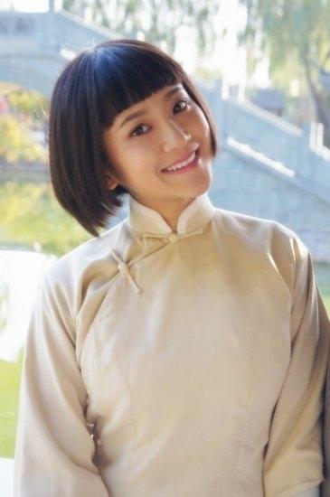 """实力青年演员解惠清在剧中扮演""""小孩儿样""""十足的十七岁女学生灵儿,一"""
