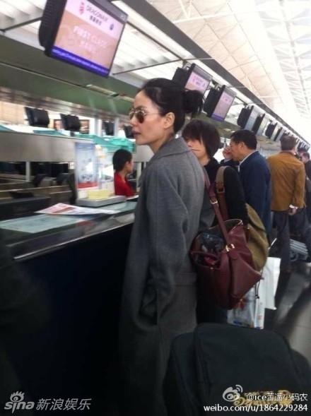 王菲素颜现身机场 路人合影淡定当人肉背景