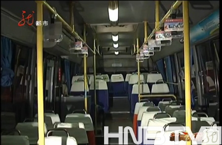 大庆男子公交车上突发疾病司机乘客共同救助高清图片