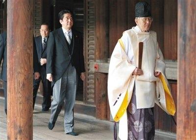 12月26日,安倍晋三在执政一周年之际参拜靖国神社,日本媒体对此次参拜