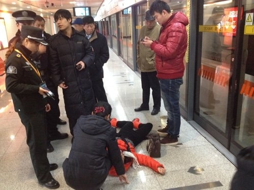 上海地铁女子站台晕倒 路过乘客无人敢扶_国内