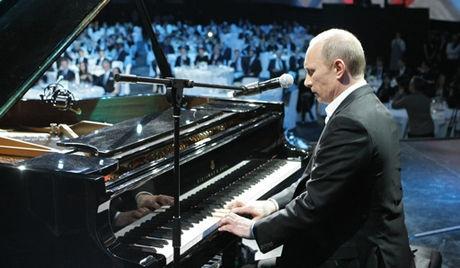 视频显示,普京坐在钢琴前