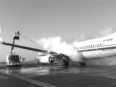 探秘哈尔滨机场:除冰师-20℃给飞机洗澡(图)
