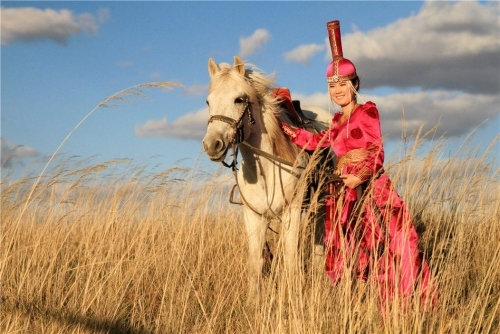 马背上的美女 内蒙草原的别样风景