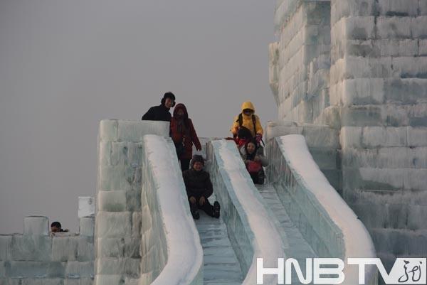 免费游冰雪小伙伴们打视频坐马车冰雪大世界滑梯加音轨图片