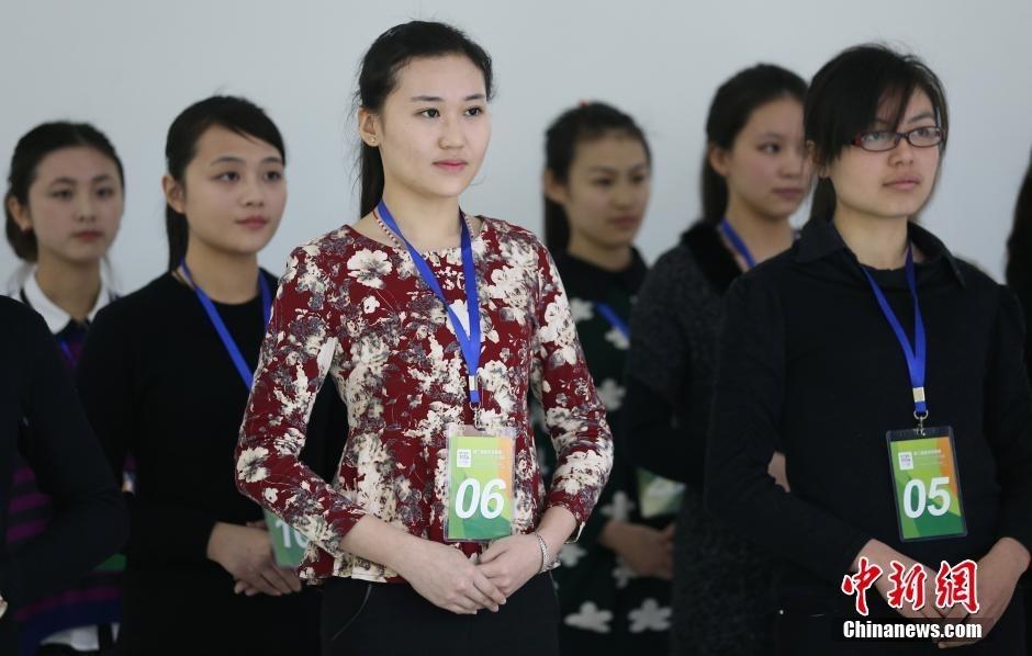 近千美女大学生竞争青奥会颁奖礼仪志愿者组图