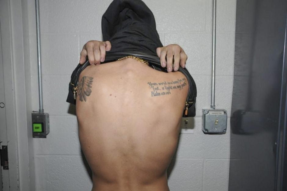 贾斯汀·比伯因酒驾被捕照曝光 扒衣亮身上多处纹身