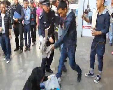 女子被疑小偷遭男子暴揍 警察都拦不住