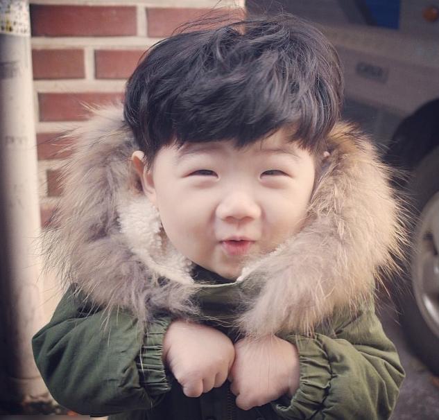 图片中小男孩包子脸,小眼睛等典型韩国男孩儿特征